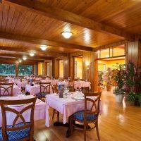 Ampia e luminosa la sala ristorante dell'Hotel La Scheggia