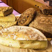 Formaggio e pane nero da Pane&Salame Enosalumeria