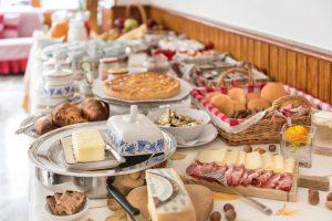 Il goloso buffet della colazione all'Hotel Ristorante Miramonti- ph. Susy Mezzanotte