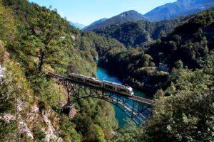 Un suggestivo scorcio sul percorso della Ferrovia Vigezzina-Centovalli, da Santa Maria Maggiore a Locarno