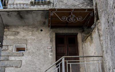Crana, Casa con faccine celtiche - ph. Marco Benedetto Cerini