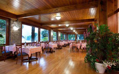 La grande sala ristorante dell'Hotel La Scheggia