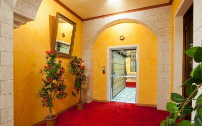 Il moderno ascensore dell'Hotel La Scheggia